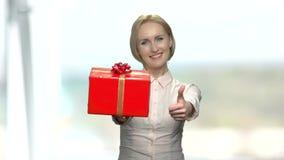 Jolie femme donnant le boîte-cadeau clips vidéos