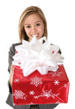 Jolie femme donnant le cadeau photos stock