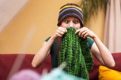 Jolie femme drôle avec la laine Images libres de droits