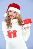 Jolie femme en cadeaux de Noël de fixation de chapeau de Santa Images libres de droits