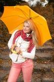 Jolie femme en stationnement d'automne avec le parapluie jaune Photographie stock libre de droits