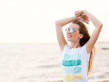 Jolie femme en verres sur la mer Images stock