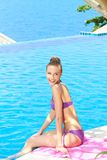 Jolie femme en Violet Summer Wear au Poolside photos stock