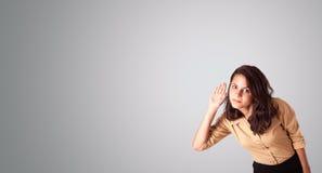 Jolie femme faisant des gestes avec l'espace de copie Image libre de droits