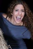 Jolie femme faisant face à l'appareil-photo par une porte de maison de paille Images libres de droits