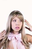 Jolie femme feignant pour être une poupée de Barbie image libre de droits