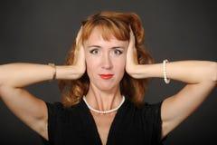 Jolie femme fermant ses oreilles Image libre de droits