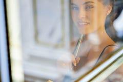 Jolie femme gardant le journal de gratitude images stock