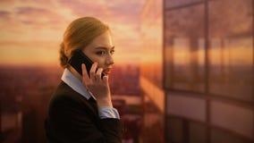 Jolie femme heureuse appelle l'agence de voyages, voyage de réservation pour des vacances, bonnes nouvelles clips vidéos