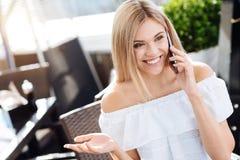 Jolie femme heureuse ayant une conversation téléphonique Images libres de droits