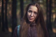 Jolie femme heureuse dans la forêt images libres de droits