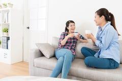 Jolie femme heureuse parlant avec sa meilleure soeur Image libre de droits