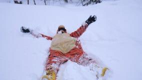 Jolie femme heureuse portant le costume drôle de tigre se situant en congère dans le jour chaud d'hiver Photos libres de droits