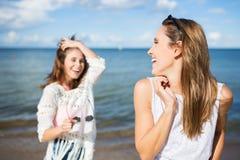 Jolie femme heureuse regardant en arrière sur son ami riant dehors Images libres de droits