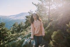 Jolie femme marchant dans la montagne images stock