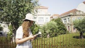 Jolie femme marchant en parc moderne banque de vidéos