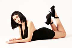 Jolie femme menteuse Image stock