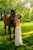 Jolie femme nue avec le cheval Images stock