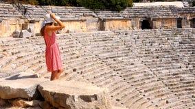 Jolie femme observant les ruines du th??tre antique banque de vidéos