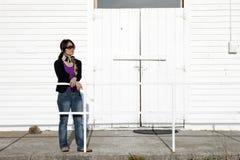 Jolie femme par le bâtiment blanc. photographie stock libre de droits