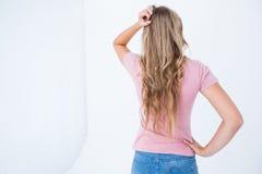 Jolie femme pensive photographie stock libre de droits