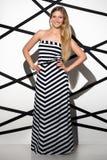 Jolie femme portant la longue robe Photographie stock