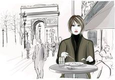 Jolie femme prenant le déjeuner chez le Champs-Elysees à Paris Photo libre de droits