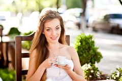 Jolie femme riant avec la tasse de café Photographie stock libre de droits