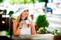 Jolie femme riant avec la tasse de café Image libre de droits