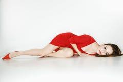 Jolie femme se couchant. Images libres de droits