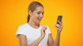 Jolie femme se dirigeant au smartphone, application encaissante facile, client satisfaisant clips vidéos
