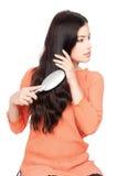 Jolie femme se peignant le long cheveu noir images stock