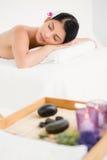 Jolie femme se trouvant sur la table de massage Photographie stock