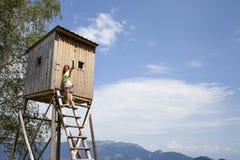 Jolie femme sur la haute tour de chasseurs photos libres de droits