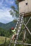 Jolie femme sur la haute tour de chasseurs image stock