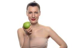 Jolie femme tenant Apple vert contre le blanc Images stock