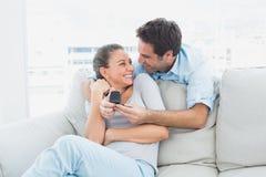 Jolie femme étonné par une proposition de mariage Photographie stock libre de droits