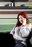 Jolie femme travaillant sur l'ordinateur portable à la maison Image libre de droits