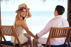 Jolie fille à la plage avec son ami Photographie stock