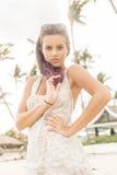 Jolie fille à la plage posant à l'appareil-photo Photographie stock