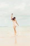 Jolie fille à la plage posant à l'appareil-photo Images stock