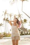 Jolie fille à la plage posant à l'appareil-photo Photos libres de droits