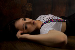 Jolie fille abstraite sur le plancher en bois Image stock