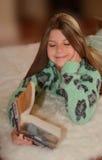Jolie fille affichant un livre Photo libre de droits
