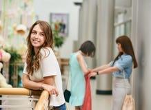 Jolie fille au centre commercial Image stock