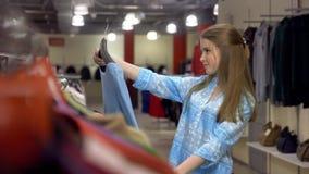 Jolie fille au centre shoping faisant un choix banque de vidéos