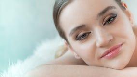 Jolie fille avec de grands yeux de peau propre et sourcils foncés regardant l'appareil-photo : banque de vidéos