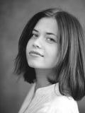 Jolie fille avec de longs cheveux foncés, noirs et blancs photographie stock