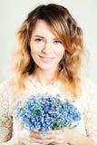 Jolie fille avec des fleurs Photos stock