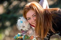 Jolie fille avec la bicyclette et le chien maltais Image libre de droits